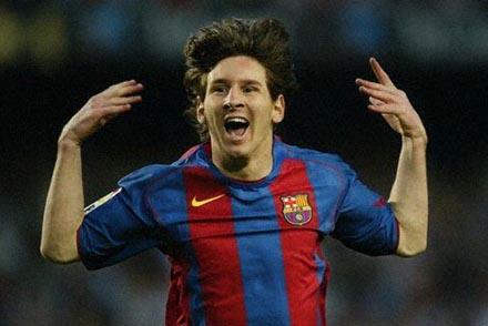 Gesto típico de Leo al marcar gol
